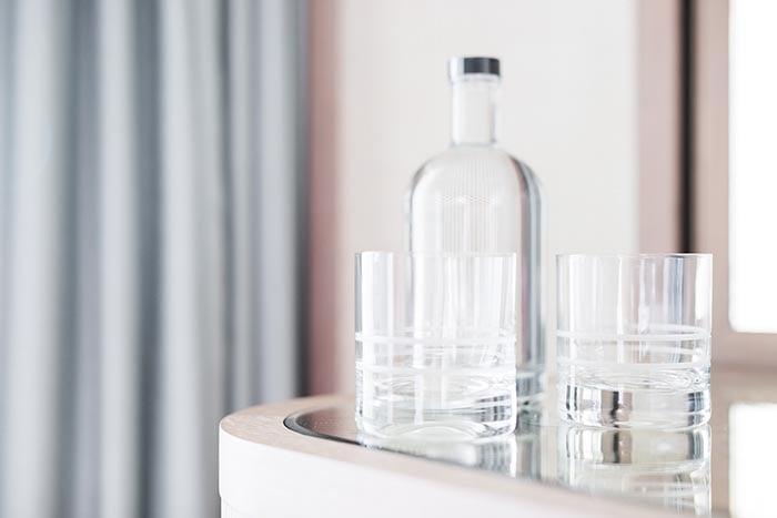 Garrafa e óculos preenchidos para beber água