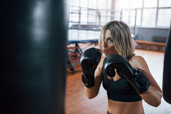 lembre-se de respirar adequadamente boxeadora está socando um saco