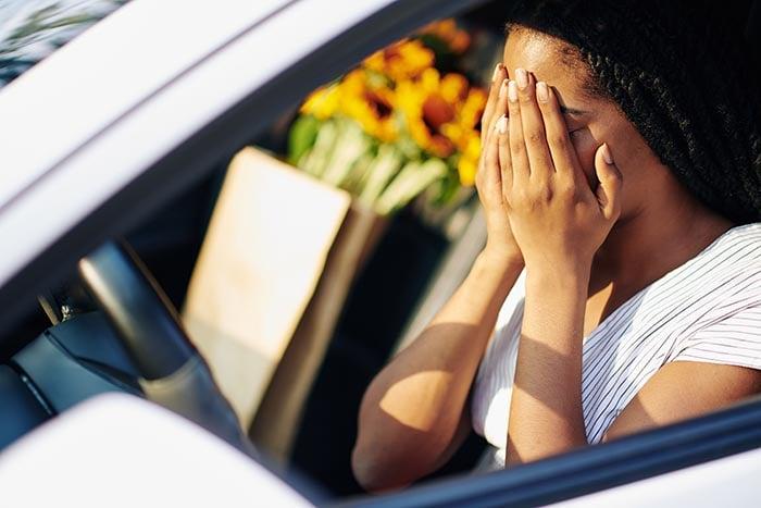 conducteur effrayé victime de la rage au volant le cerveau entre en combat ou en fuite