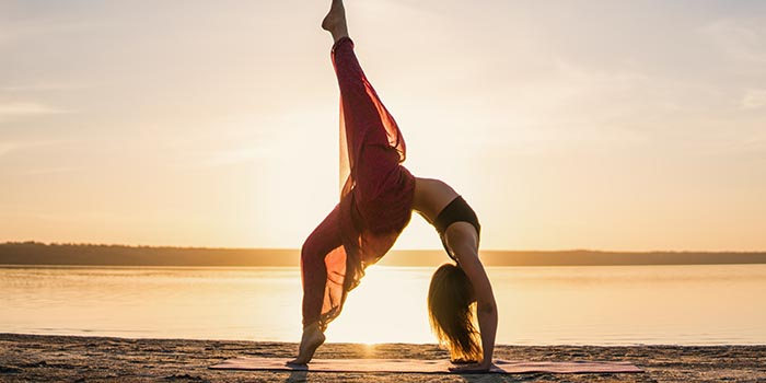 silhouette-yoga-woman-on-the-beach-at-sunset
