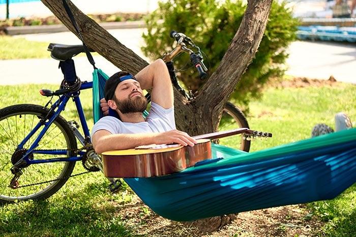 Homem dormindo ao ar livre