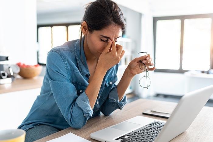 74 / 5000 Translation results femme d'affaires stressée travaillant à domicile ayant du mal à se détendre l'esprit