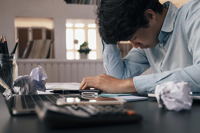 Empresário de excesso de trabalho estressado no escritório que precisa de alívio do estresse no local de trabalho