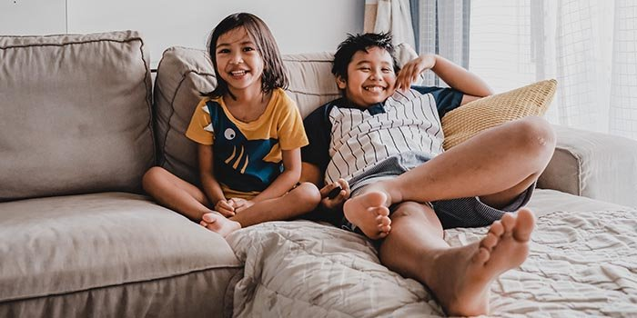 two-children-relaxing-on-the-couch-enjoying-mindfulness-for-kids-700(1)