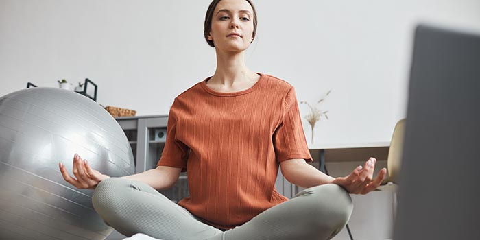 woman-doing-yoga-online-YY2XUM3