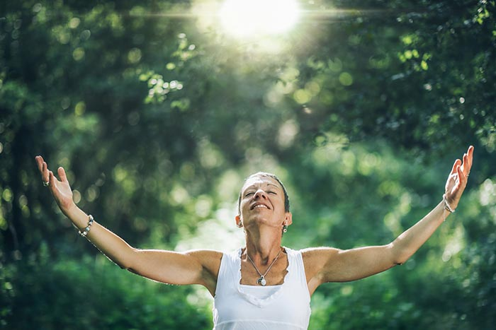woman-experiencing-mindfulness-in-nature-700
