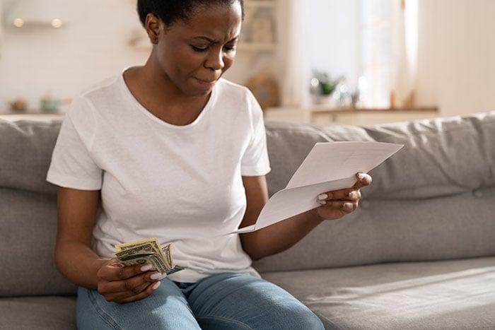 74 / 5000 Translation results mulher frustrada sobre falta de finanças e ansiedade que vem com isso