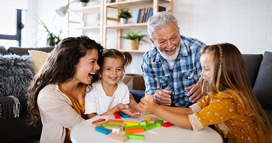 padres de familia felices que practican la crianza consciente jugando junto con sus hijos
