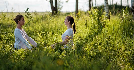 retrato de dos mujeres  jóvenes gozando respiración pranayama y cómo  hacer respiración yoga
