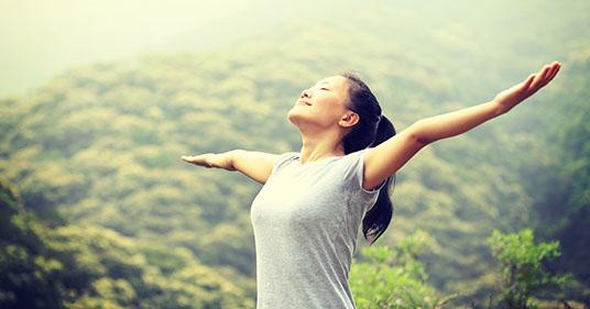 Joven mujer asiática respirando aire fresco en primavera practicando respiración cuadrada también conocida como respiración de caja. Respiraciones lentas y profundas.