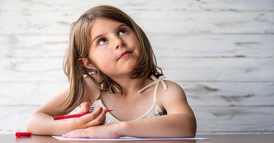 niña sentada en casa dibujando practicando mindfulness para niños